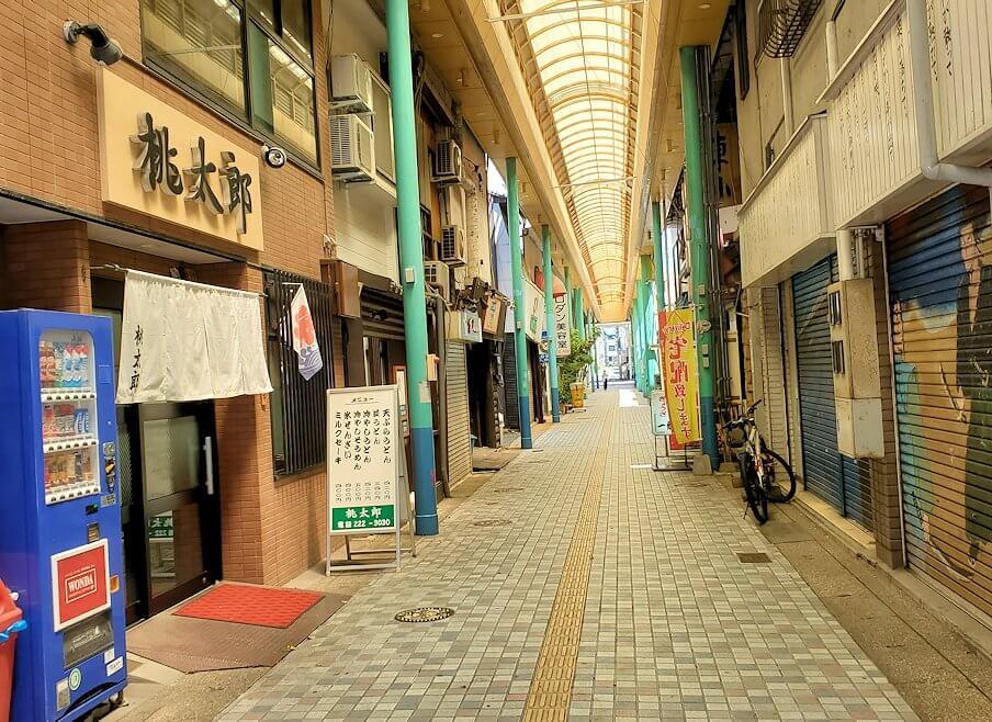 下関市にある商店街を進む