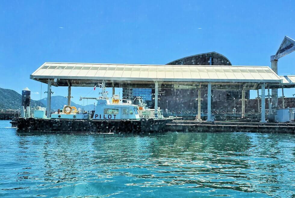 下関の唐戸渡船ターミナルで船に乗り込む-1