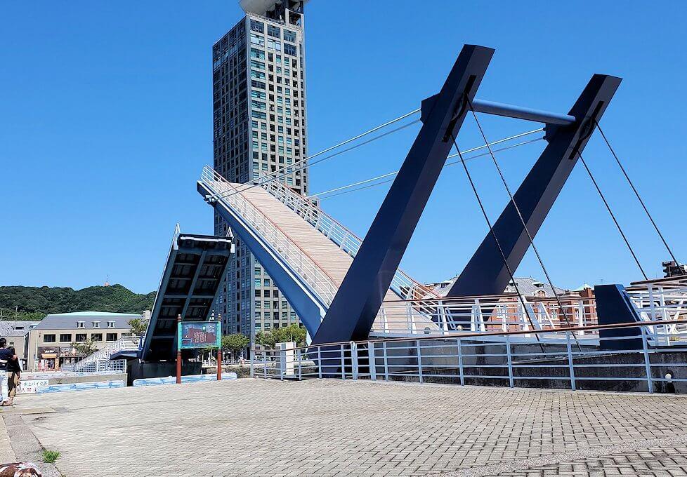 門司港にある「ブルーウィング橋」が閉まっていく