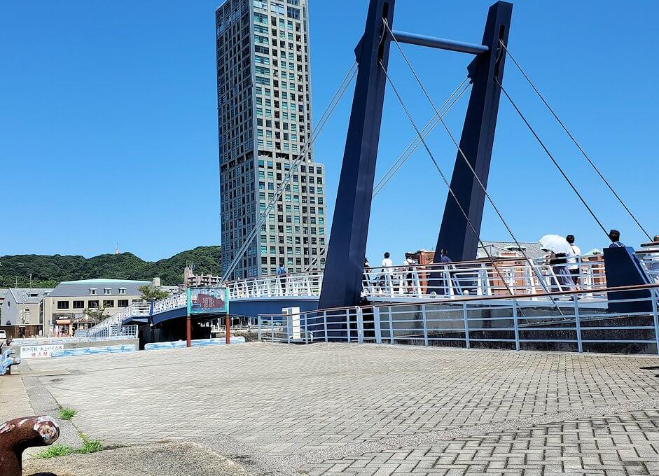 門司港にある「ブルーウィング橋」が閉まっていく-1