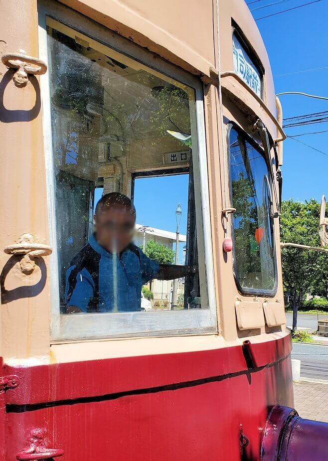 路面電車展示 西鉄北九州線 148号の運転席に座るオジサン