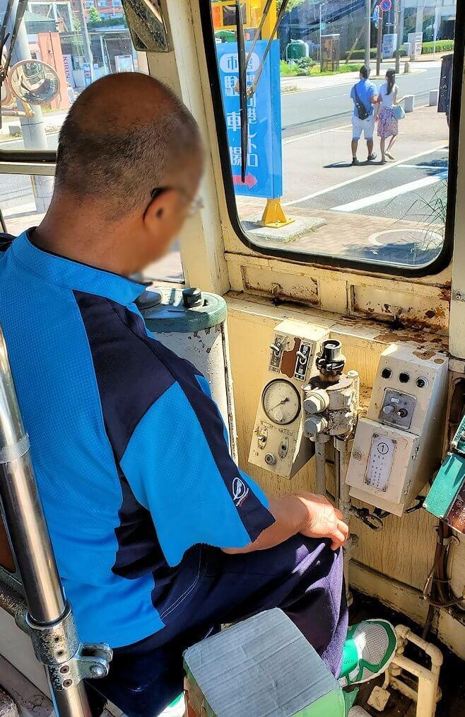 路面電車展示 西鉄北九州線 148号の運転席に座るオジサン-