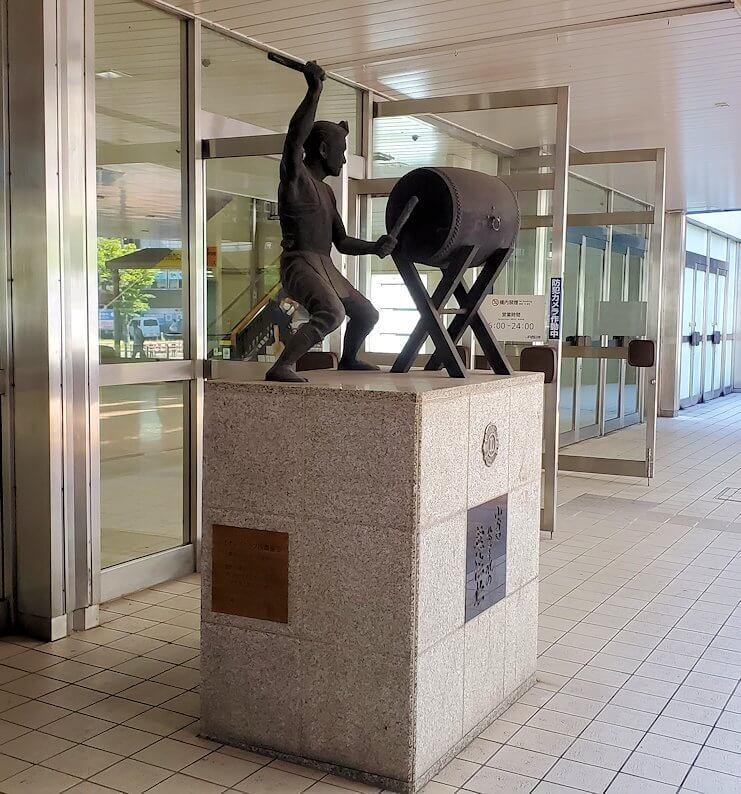 JR小倉駅の太鼓を叩く像