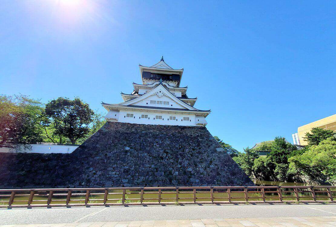 JR小倉駅周辺にある小倉城を近くから眺める
