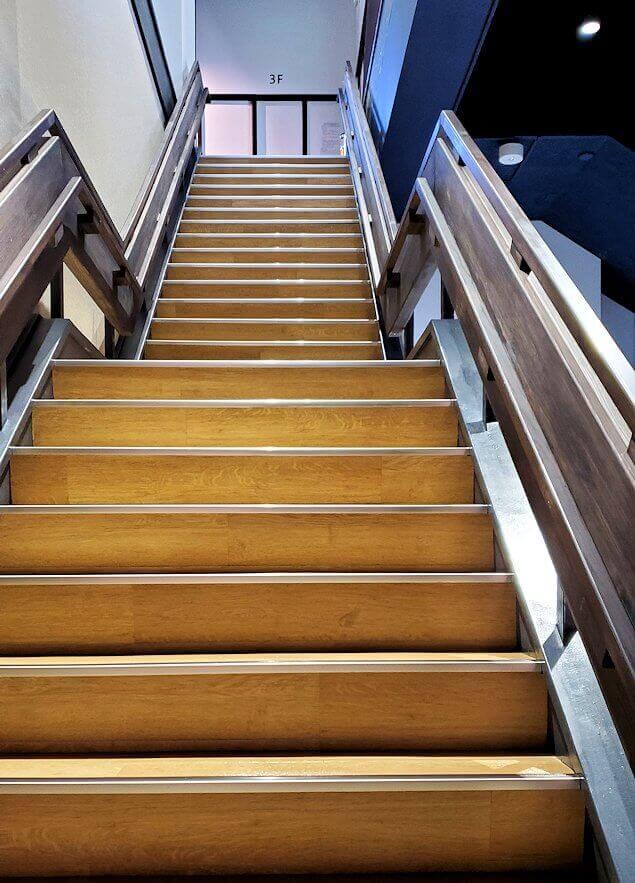 小倉城内の階段を登る
