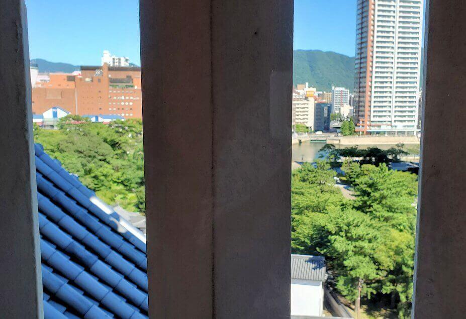 小倉城2階部分の窓から外を見る
