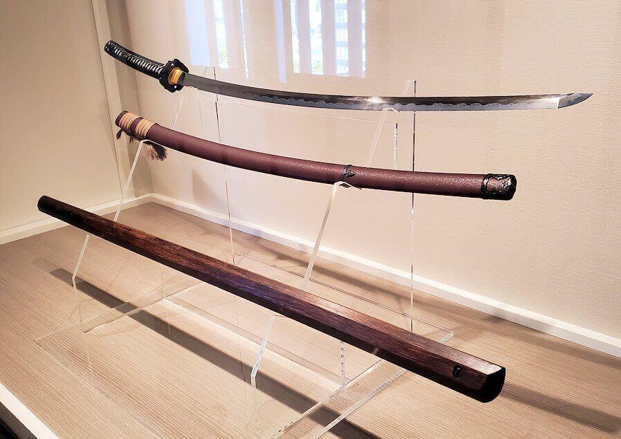 小倉城2階に飾られている、小次郎と武蔵の武器のレプリカ-1