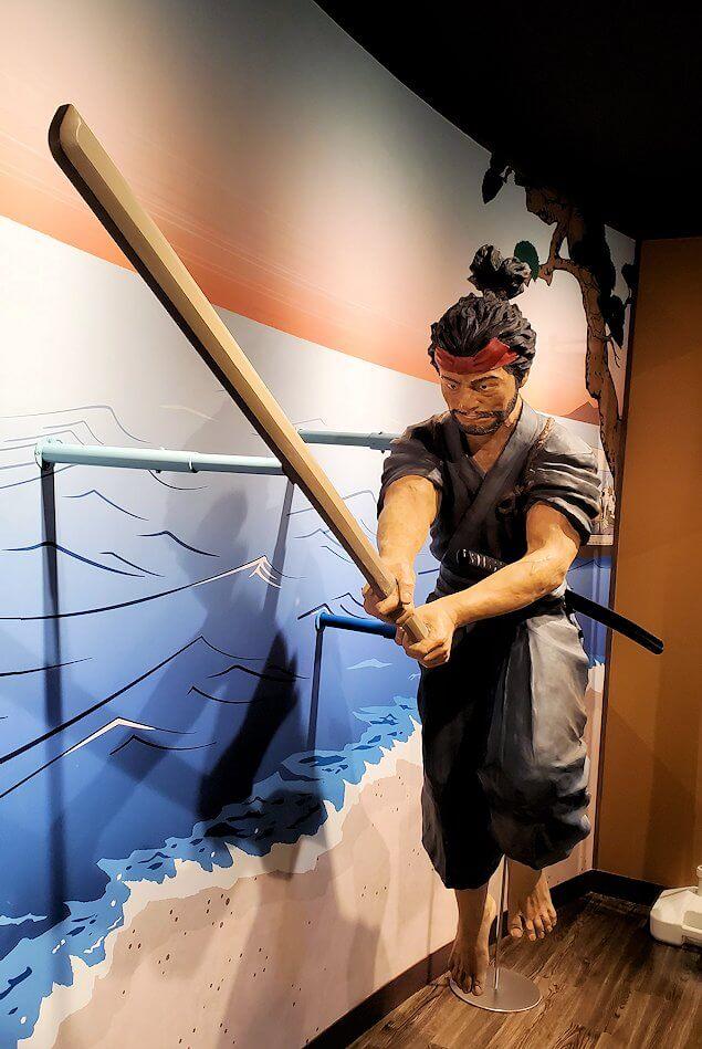 小倉城2階にある、宮本武蔵の像-1