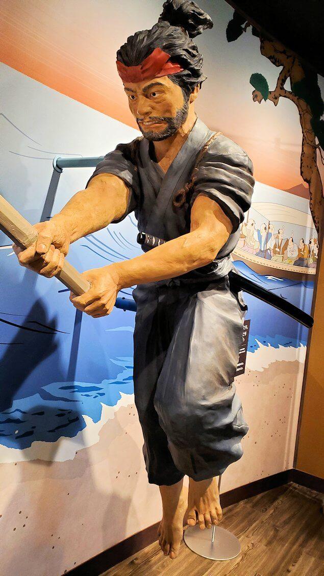 小倉城2階にある、宮本武蔵の像-2