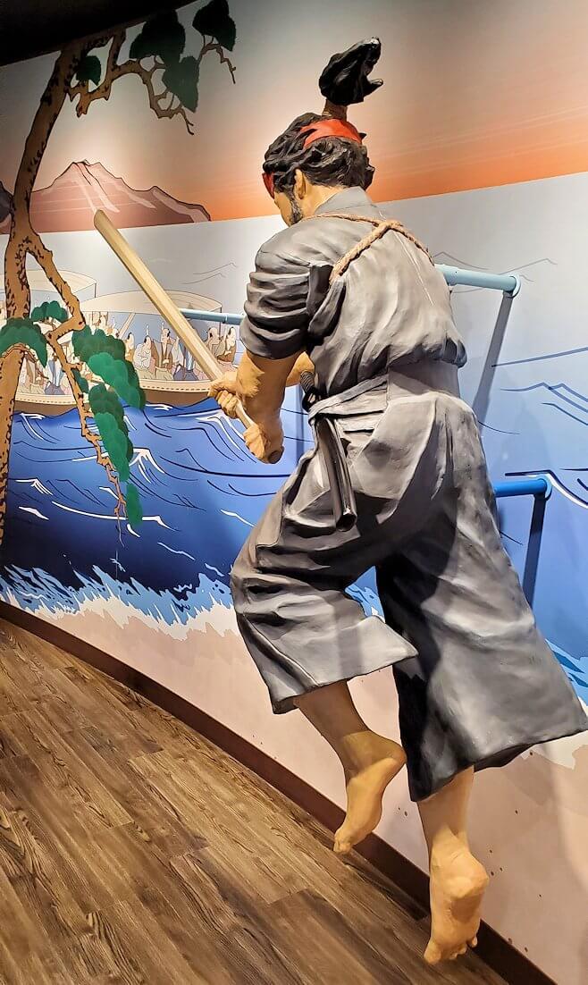 小倉城2階にある、宮本武蔵の像と記念写真