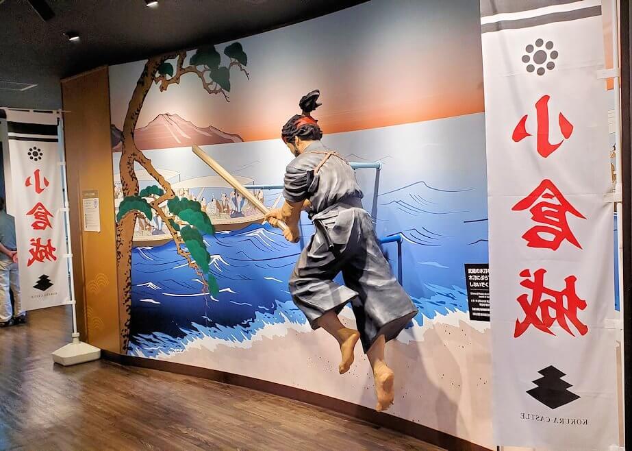 小倉城2階にある、宮本武蔵の像と記念写真-1