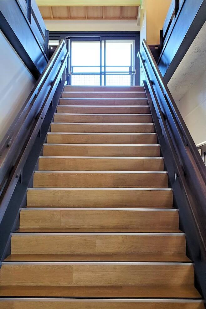 小倉城内の階段を登って4階の天守閣へと向かう