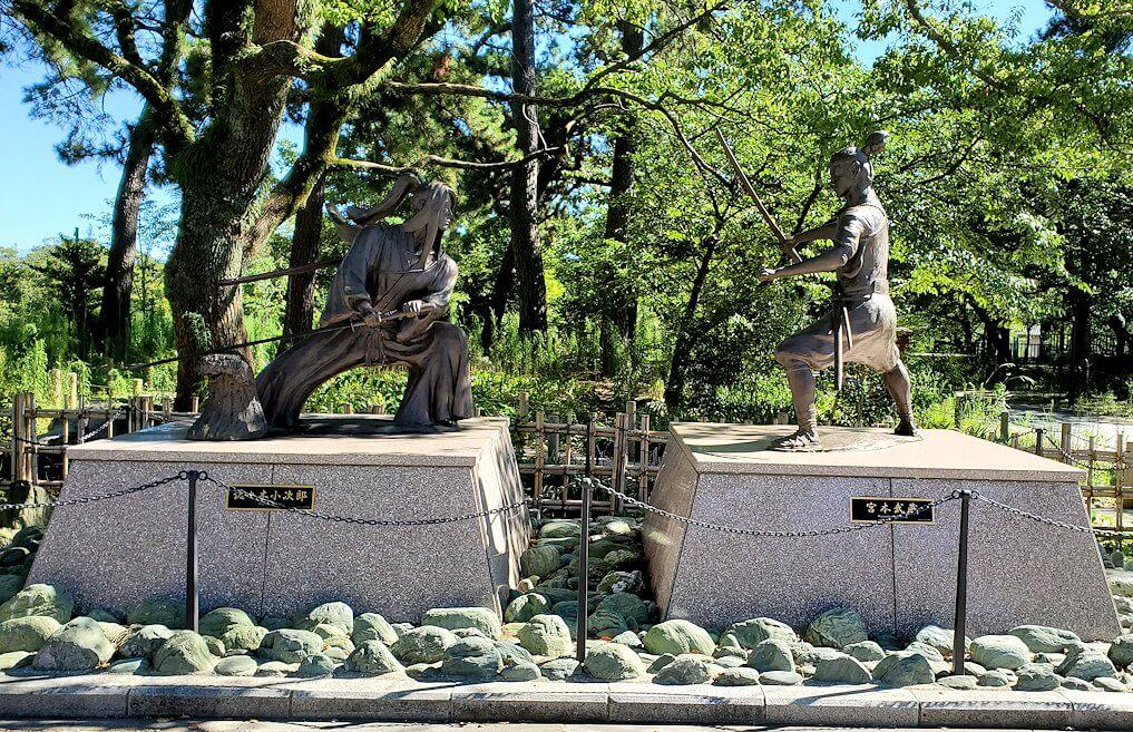 小倉城近くにあった佐々木小次郎と宮本武蔵の像