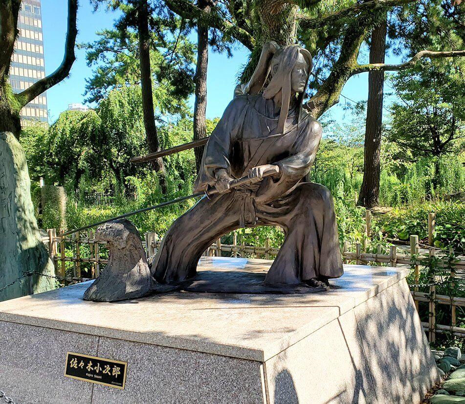 小倉城近くにあった佐々木小次郎の像