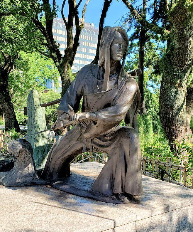 小倉城近くにあった佐々木小次郎の像-1