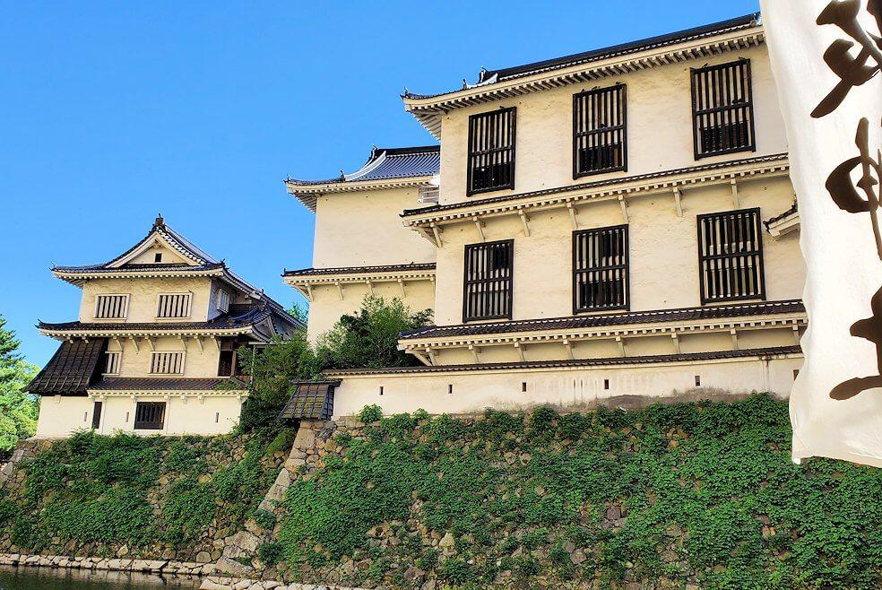 小倉城周辺の堀の外から城を眺める