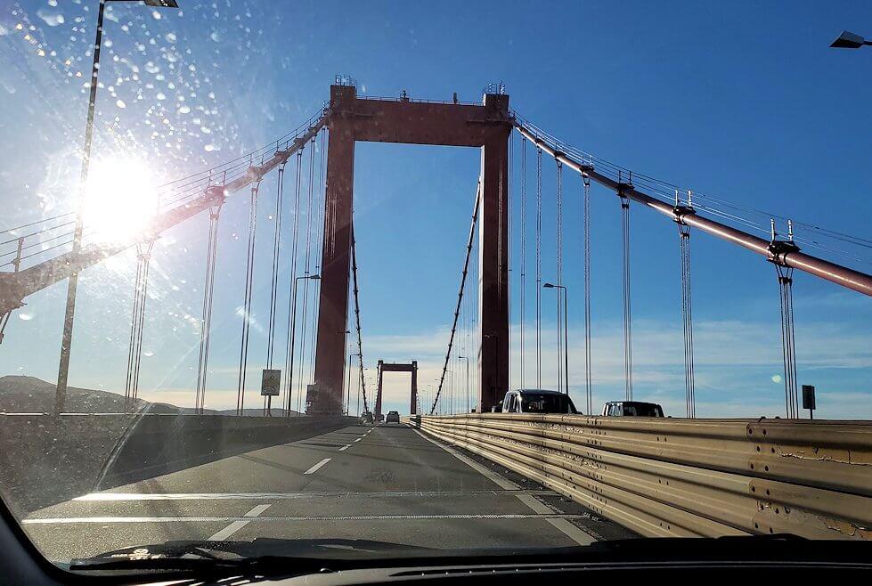 JR小倉駅から車で若松地区へと移動し、若松大橋を渡る
