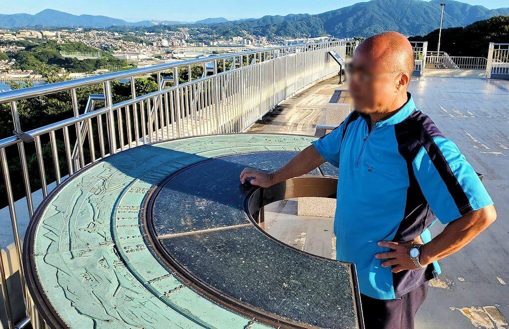 北九州若松区にある高塔山公園展望台で景色を眺める