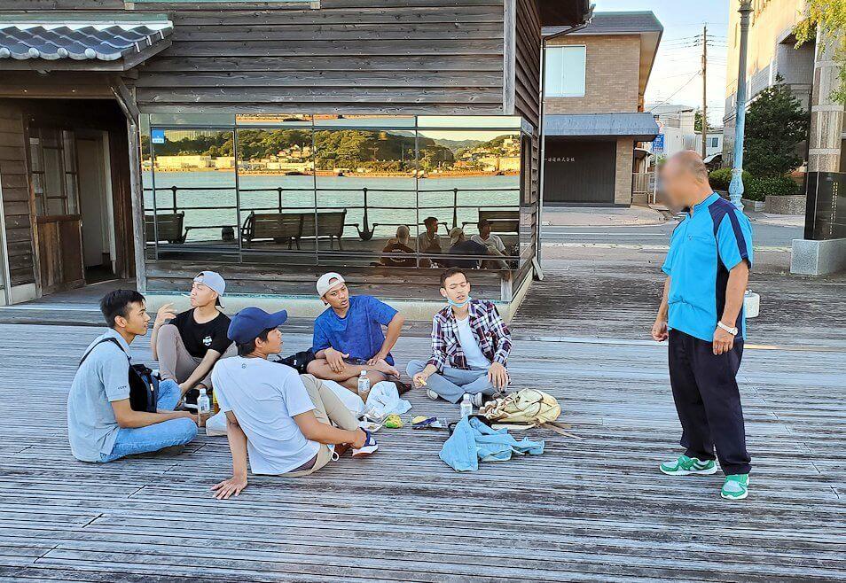 若松港近くにいたマレーシア人達と会話