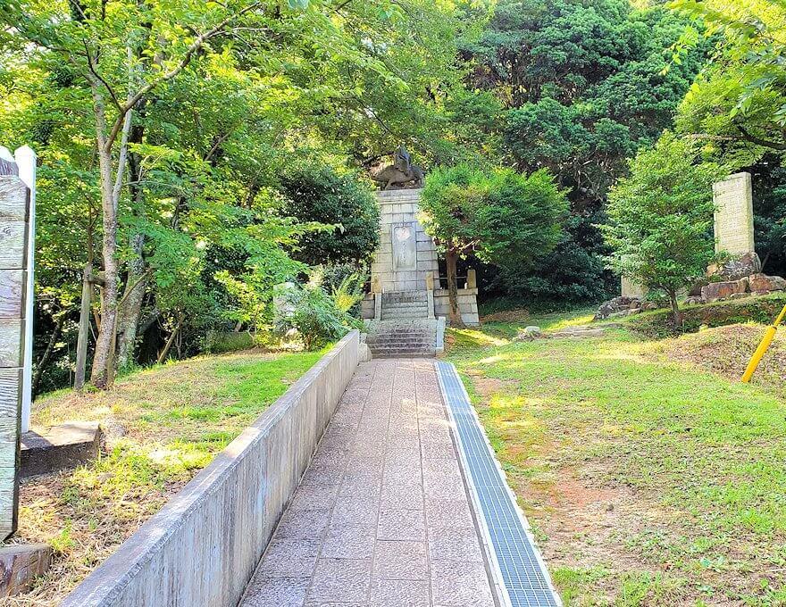 足立山の神社にあったイノシシに乗る和気清麻呂像