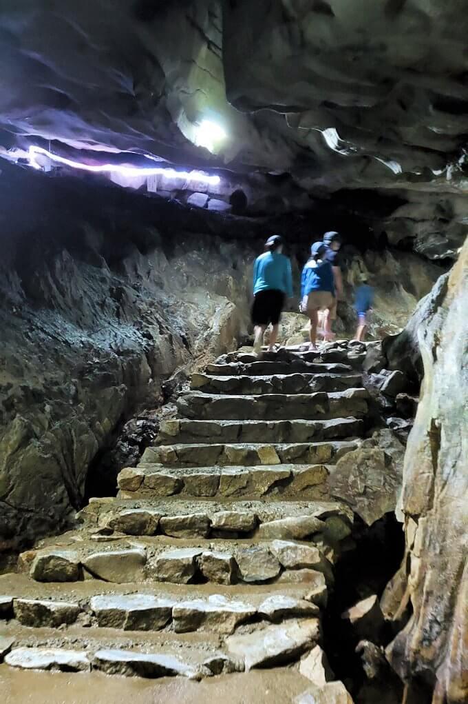 千仏鍾乳洞の入口を入って進む