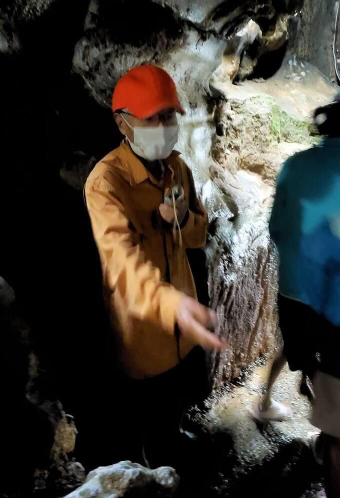 千仏鍾乳洞内で誘導する係のおじいさん