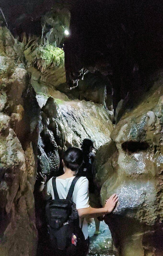 千仏鍾乳洞を進んで「奥の細道」に到達し、ここからは足元が水に浸かります-1