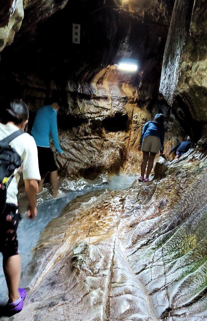 千仏鍾乳洞を進んで「奥の細道」に到達し、ここからは足元が水に浸かります-2