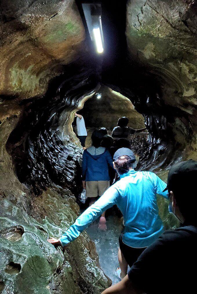 千仏鍾乳洞で足元が水に浸かりながら進む-1