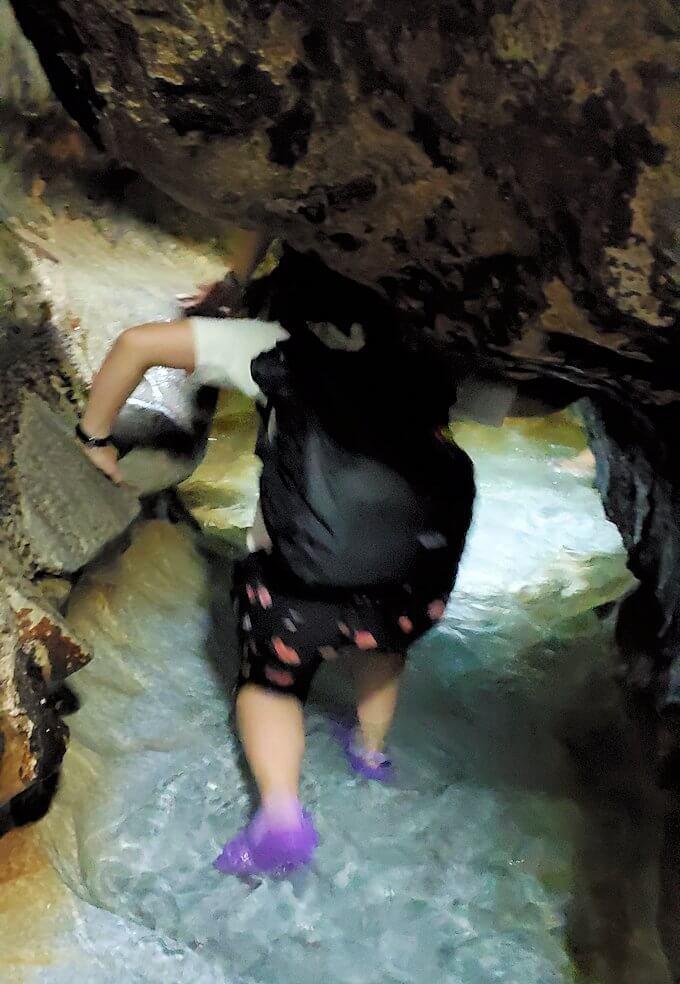 千仏鍾乳洞内で最奥の900m地点に到達した後は、来た道を戻ります-1