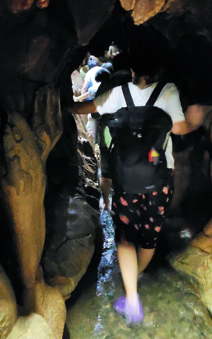 千仏鍾乳洞内の狭い帰り道を引き返す