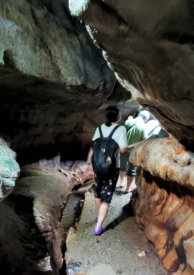 千仏鍾乳洞内の狭い帰り道を引き返す-2