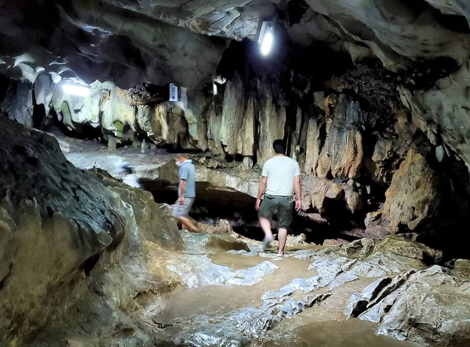 千仏鍾乳洞内の帰り道を引き返していく-2