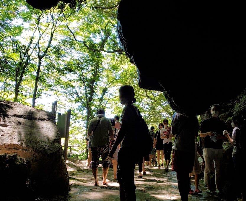 千仏鍾乳洞内の帰り道を引き返して入口に戻ってくる-1