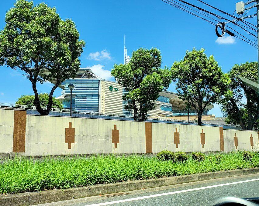 小倉市内へ向かう途中に見えた、小倉競馬場の外観