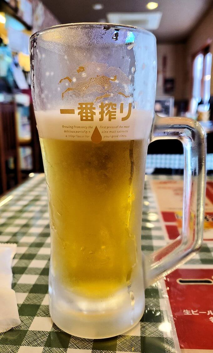 旦過市場周辺の中華料理屋でビールを飲む