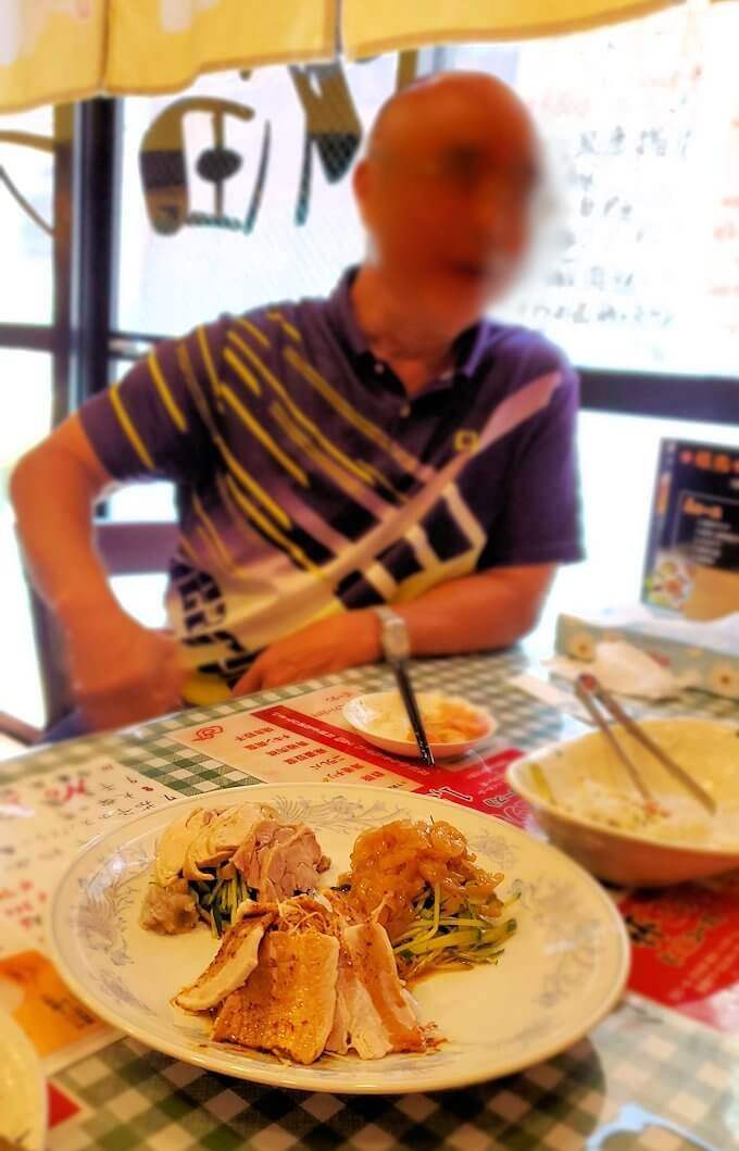 旦過市場周辺の中華料理屋で楽しむオジサン