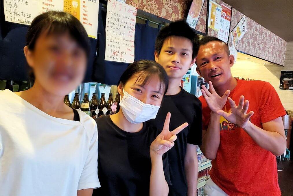 旦過市場周辺の中華料理屋で記念撮影