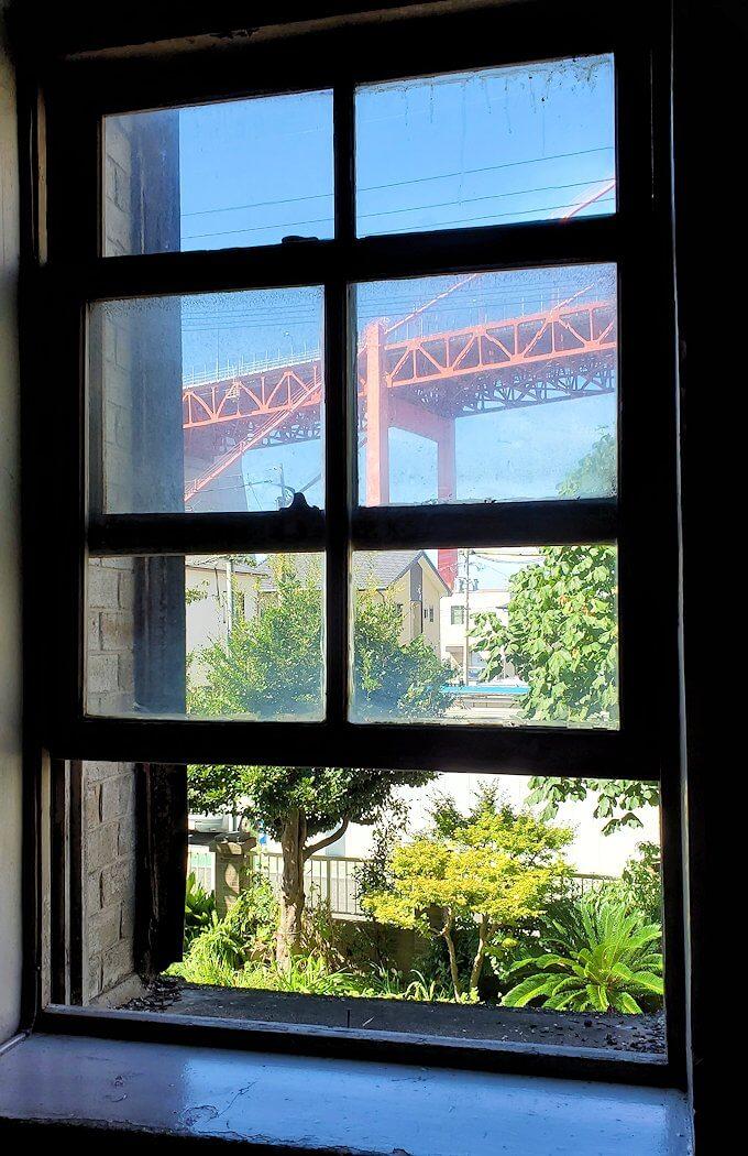 北九州市若松区にある上野ビル内から見える若戸大橋