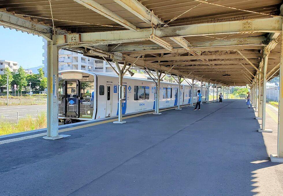 北九州市「若松駅」に入って来る電車