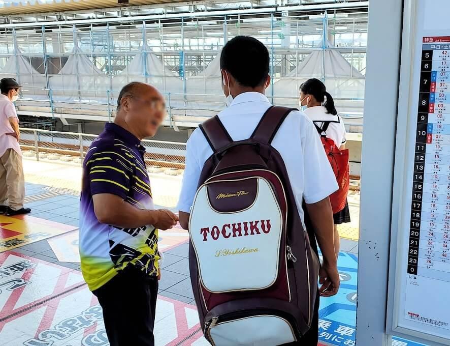 北九州市「若松駅」から電車に乗り、途中の折尾駅で乗り換え中に見つけた青年に喋りかける
