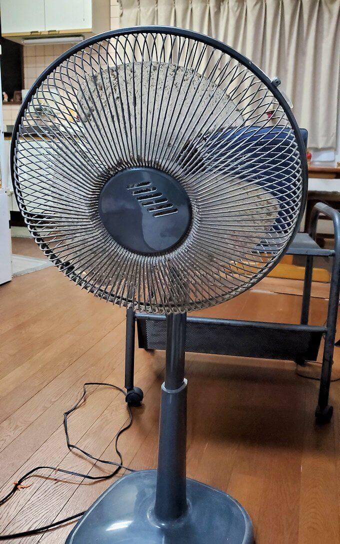 泊めてもらったオジサンの家にある、汚れた扇風機