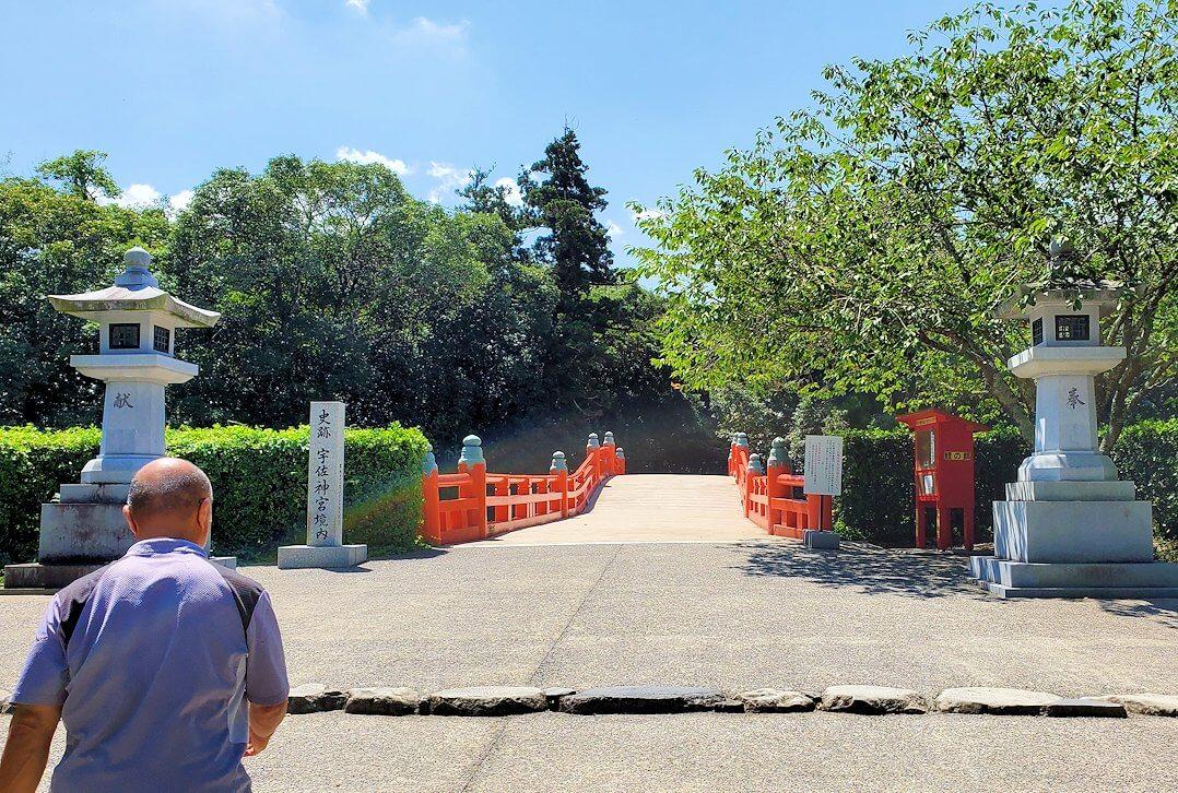 宇佐神宮の駐車場から神社へ向かう