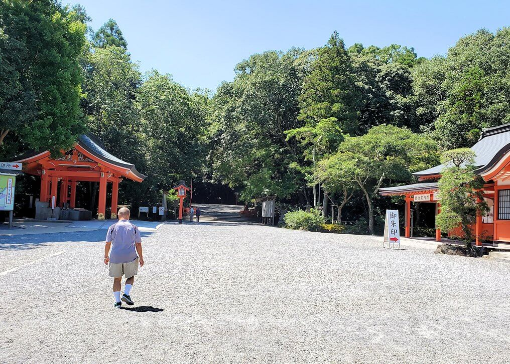 宇佐神宮の境内を進む