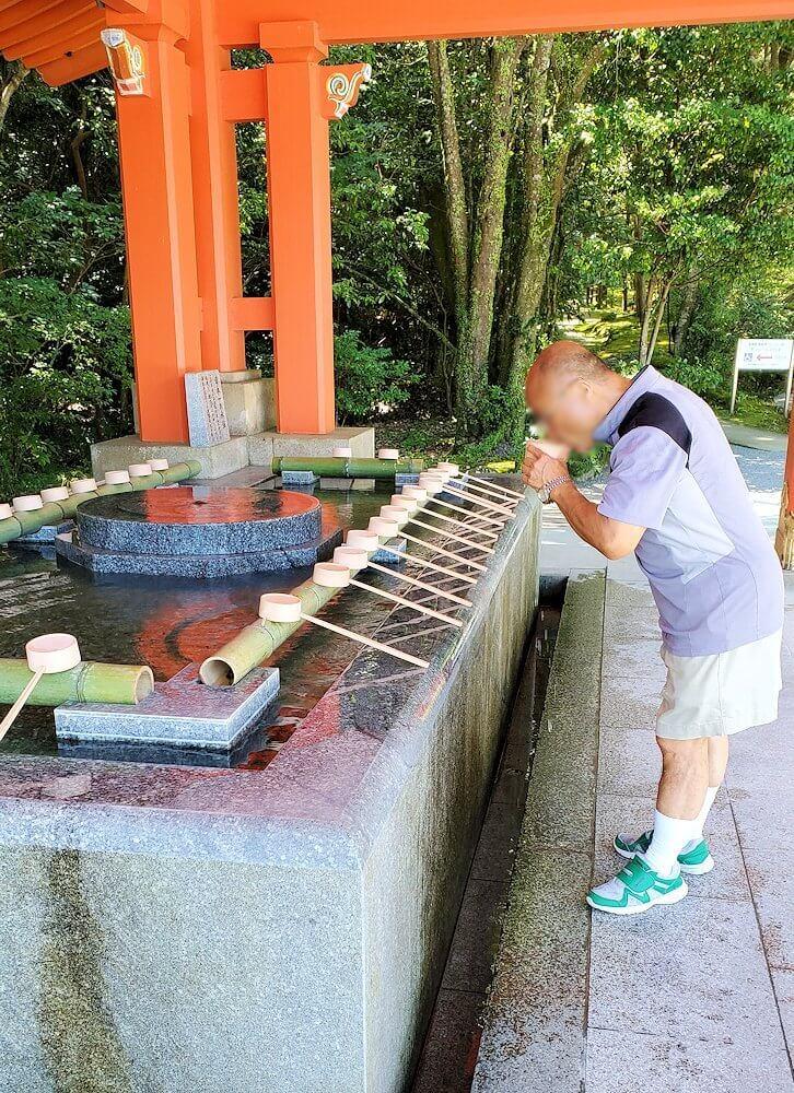 宇佐神宮の境内でお清めの水で体を清める