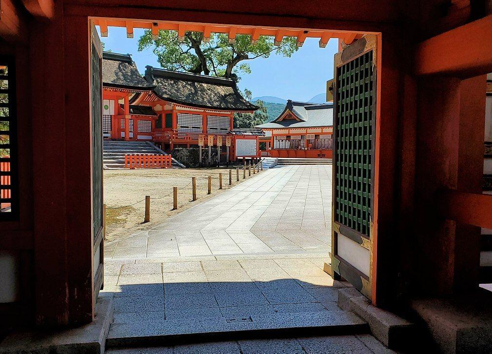 宇佐神宮の西門を入る