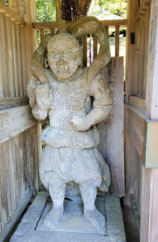 富貴寺入口の門に飾られる仁王像-1