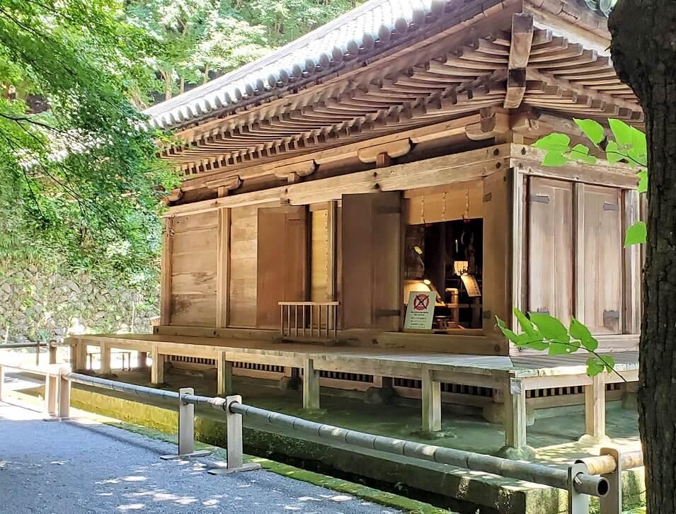 富貴寺境内にある国宝の本堂を眺める
