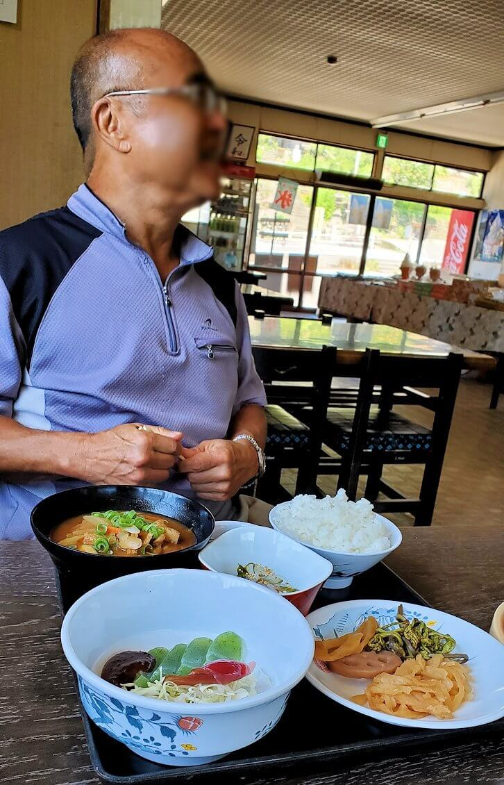 富貴寺向かいにある定食屋「ふきの里」で注文しただんご汁定食