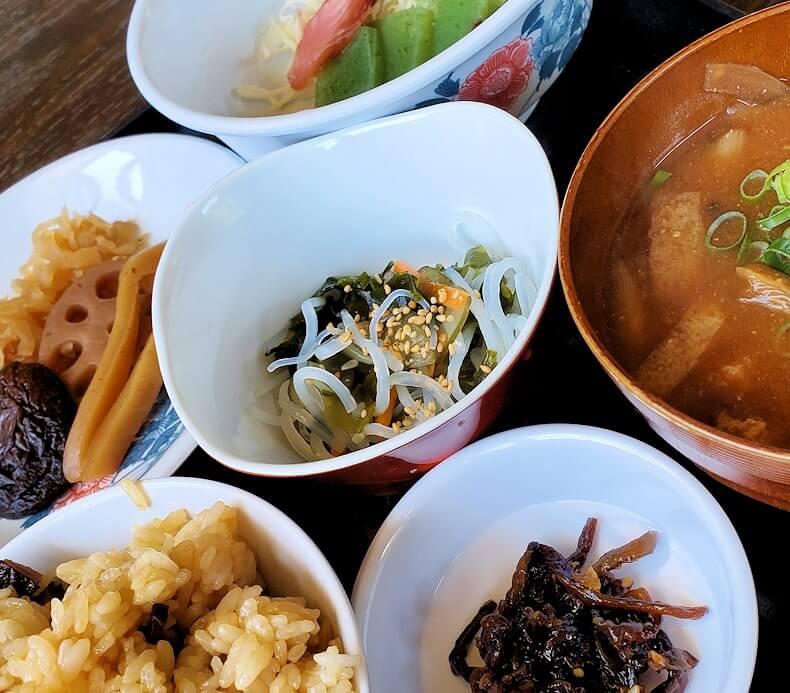 富貴寺向かいにある定食屋「ふきの里」で注文した、椎茸飯定食-2